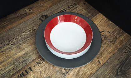 assiette rouge bordeaux